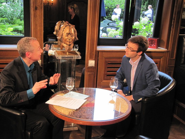 Beim TV-Interview: Michael Ragg und Dr. Alexander Kissler (2012)